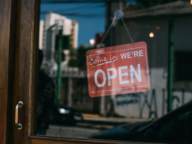 sign on a shop door: come in, open